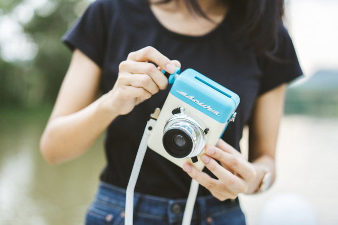 Escura Instant 60s hand-powered instant camera